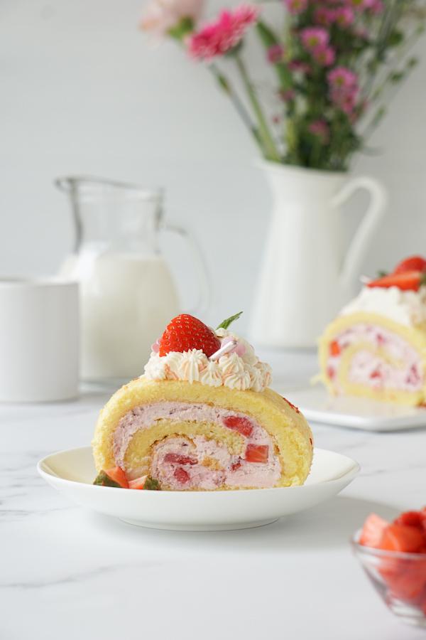 Fruchtige Erdbeer Biskuitrolle